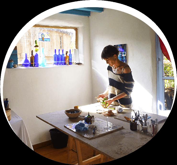 Florence Ferrié dans son atelier de création de vitrail en Ariège à Montfa
